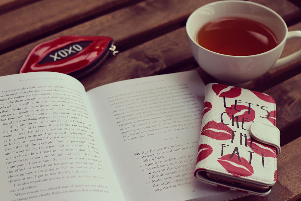 本と紅茶の写真
